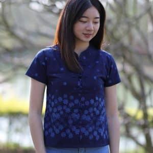 21004 เสื้อม่อฮ่อมผู้หญิง พิมพ์ลายทรงเข้ารูป กระดุมจีน ลายดอกเดซี่